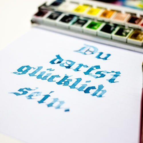 Du darfst glücklich sein - Blackletter Kalligraphie Aquarell blau Farbcafe.de